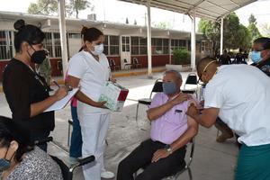 Concluye vacunación a 78 abuelos que faltaban