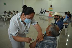 Inicia aplicación de la segunda dosis antiCOVID-19 en adultos mayores de Cuatro Ciénegas