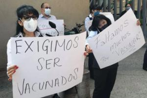 Médicos denuncia que no han sido vacunados contra Covid