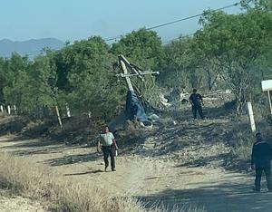 Choca auto con un poste y deja sin agua a 4 mil usuarios en Castaños