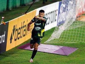 Defensa golea a Universitario, con doblete de Bou, y escolta a Palmeiras