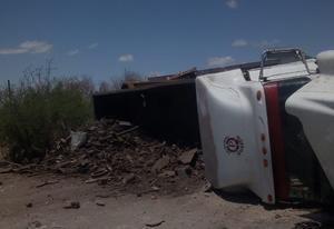 Camión con chatarra termina volcado en la avenida Puerta 4 en Monclova