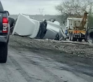 Tráiler termina volcado en el Sauz en la carretera Monclova - Sabinas