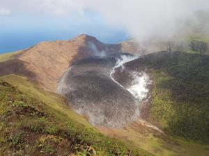 Permanece baja la actividad sísmica de volcán en San Vicente y las Granadinas