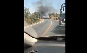 Bloquean vialidades con vehículos incendiados en Michoacán