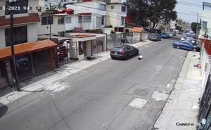 Captan a sujeto que lanza desde su auto a su novia en Lomas Verdes