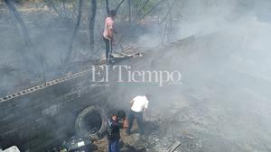 Se suman vecinos a sofocar incendio de maleza en Colonia Huizachal de Frontera