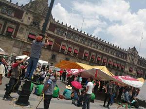 Trabajadores de Notimex instalan plantón en acceso a Palacio Nacional