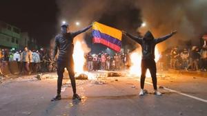 Caos en Colombia; incendian estación policial con agentes dentro