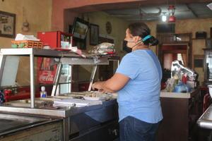 Madre comerciante de Frontera vence desde su local a la adversidad