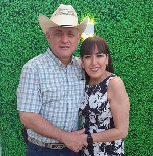 Lucy y Gustavo celebran Bodas de Perla