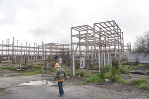 Desmantelan inconcluso edificio de AHMSA; iban a ser oficinas