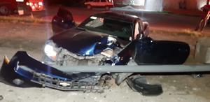 Destroza su lujoso automóvil en Monclova