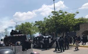 Se enfrentan policías y normalistas de Mactumatzá