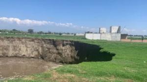 Un enorme socavón aparece en el centro de México debido a una falla geológica