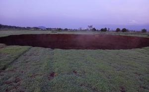Así se ve el socavón de 70 metros que apareció en Puebla
