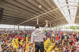 Declina candidato a favor de Christian Castro en Campeche