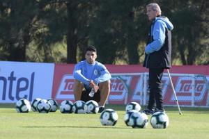 Tabárez analiza quién acompañará a Luis Suárez en el ataque de Uruguay
