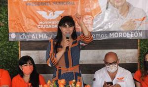 Alma Barragán asesinada en pleno mitin, con micrófono en mano