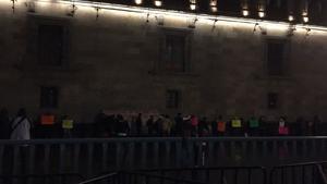 Protestan campesinos y trabajadores de Notimex en Palacio Nacional
