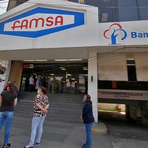 Ahorradores de banco Famsa realizan plantón, quieren sus depósitos