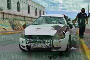 Vehículo termina con los neumáticos hacia arriba en Monclova