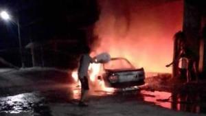 Incendian vehículos y golpean  a equipo de campaña de candidata