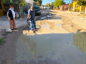 Provocan fuga de agua vecinos de la Diana Lura