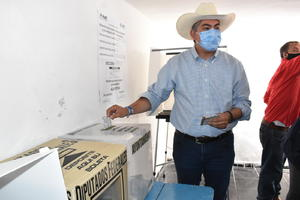 Emite su voto Alfredo Paredes, exalcalde de Monclova