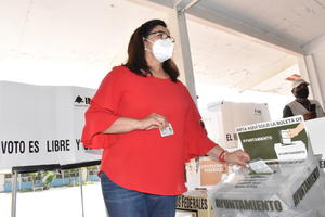 Emite su voto Lupita Murguía, contendiente a la Presidencia de Monclova