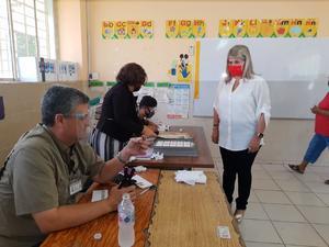 Emite su voto Gladys Ayala, candidata del PRI por el distrito 02