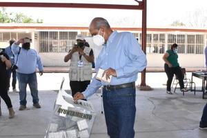 Emite su voto Mario Dávila, lo acompañó su familia y Alfredo Paredes
