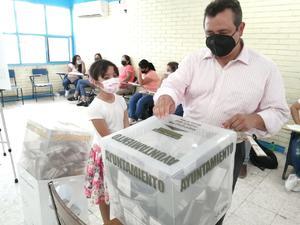 Emite su voto alcalde de Castaños