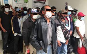 Detienen a 33 sujetos que viajaban con tubos y palos en Naucalpan