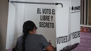 Cierran casillas en los comicios intermedios de México