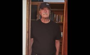 Vicente Fox sale a votar vestido de negro