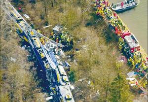 Chocan trenes en Paquistán;  reportan al menos 25 muertos