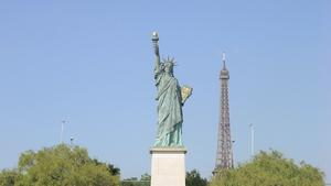 Una pequeña Estatua de la Libertad va de París a NY a saludar a su 'hermana'