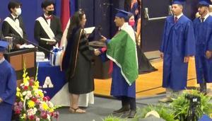 Joven que usó bandera de México en graduación en EU recibe su diploma
