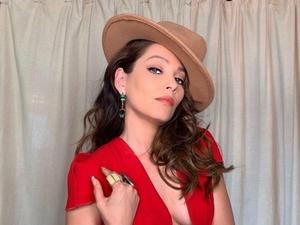 Adriana Fonseca se deja ver en lencería roja