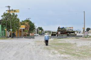 Bloquea ciudadano avenida Revolución en Castaños
