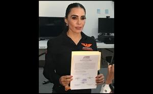 Entregan constancia de mayoría a hija de Alma Rosa Barragán