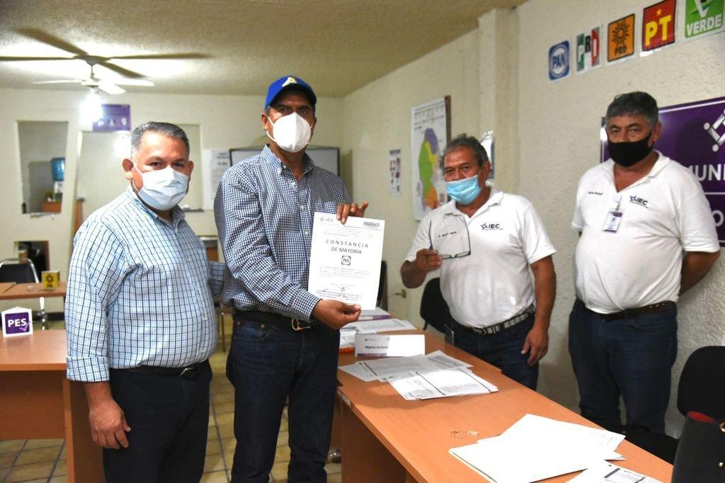 Entrega IEC acta de mayoría a Mario Dávila como alcalde electo de Monclova