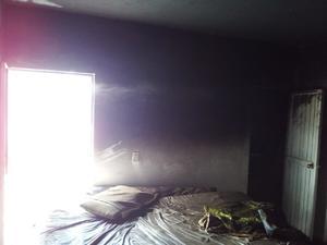 Incendian niños casa habitación en Castaños apagan fuego con tinas de agua