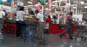 Tiendas de Monclova despiden a adultos mayores como empacadores