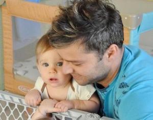Ricky Martin exhibe homofobia al ser reportado por 'pedofilia' en fotografía con su hijo
