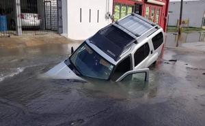 Camioneta cae dentro de socavón en Tamaulipas