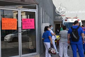 'Fuera directora', exige personal del ISSSTE de Monclova que se plantó al exterior