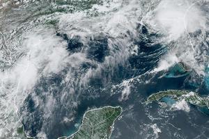 Tormenta Elsa arroja lluvias torrenciales a su paso por el sureste de EU