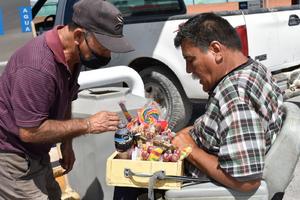 Medallista paralímpico de 1987 se gana la vida vendiendo dulces en Monclova